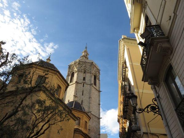 torre-del-miguelete-desde-plaza-de-la-virgen