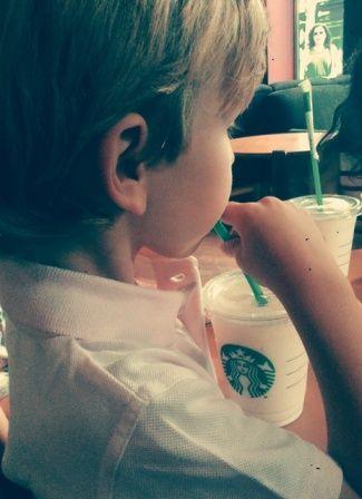 probando frappuccino de yogurt sabor banana