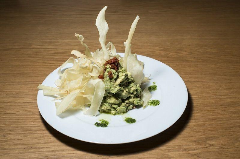 Guacamole mediterráneo con nachos de yuca frita Restaurante Oslo