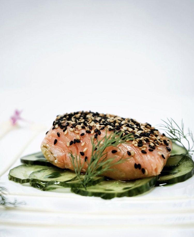 Salmón confitado a baja temperatura sobre pepino osmotizado en aceite de eneldo y mayonesa de yuzu